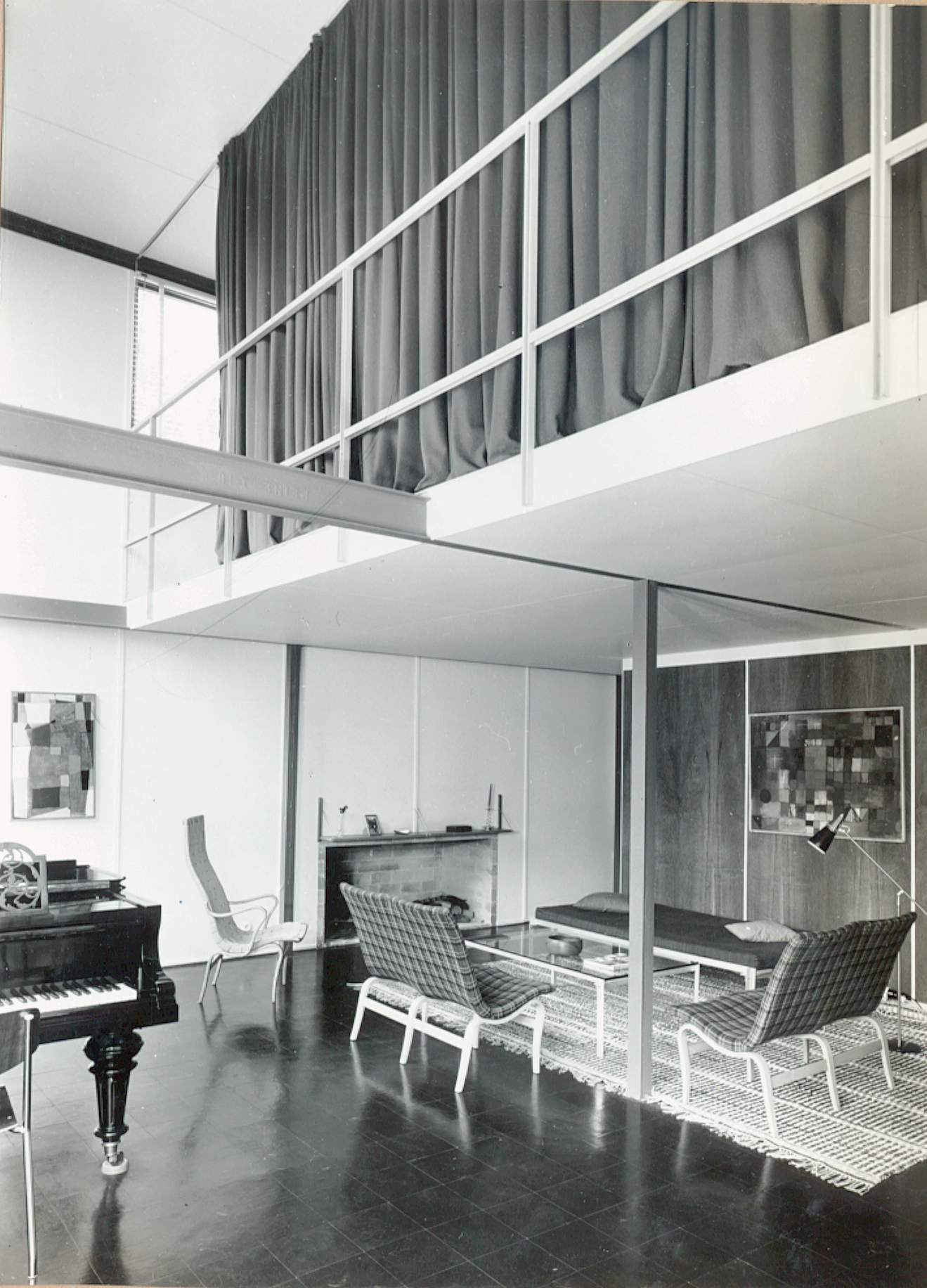 The photographs of Norberg-Schulz took of his house obsessively framed the steel structure and its central column.