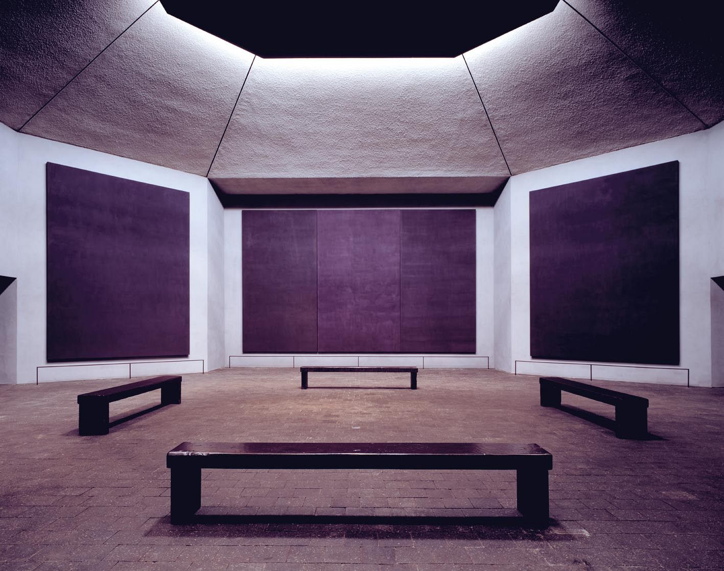 The Rothko chapel, Houston, Texas. Interior with paintings by Mark Rothko. Architects: Rothko collaborated with Philip Johnson on the plans. Howard Barnstone and Eugene Aubry completed the building in 1971. Photo: Hickey-Robertson. The Rothko Chapel, Houston